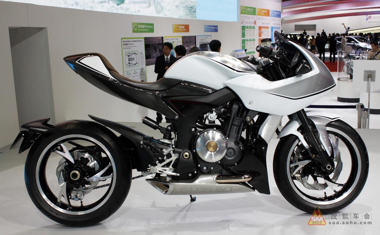 """既能降低燃油成本,又能增加动力性能,摩托车是否即将进入一个""""涡轮增压""""时代? Suzuki去年在43届东京摩托车博览会上公布了全新的中量级别摩托车-涡轮增压概念车SuzukiRecursion。""""铃木""""曾于1980年推出过XN85涡轮增压摩托车,时隔30年后该项技术相比更加成熟、稳定及低成本。 采用轻量化的铸铝车架,单摇臂传动系统,简约的三幅前后轮毂,爆发出相当于传统1000cc排量的扭力。能否尽快达到量产,或从此引领摩托车市场的新潮流,我们拭目以待! 发"""