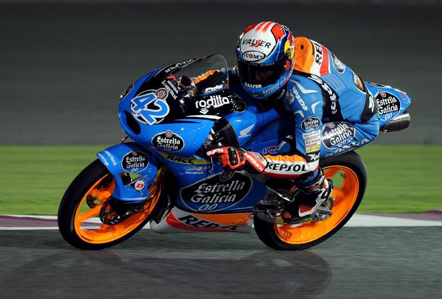 3月22日,Estrella Galicia 0,0车队西班牙车手亚历克斯·林在排位赛中。当日,2014年世界摩托车锦标赛揭幕站MOTO3级别在卡塔尔鲁塞尔国际赛道进行了排位赛,亚历克斯·林以2分05秒973的成绩名列第一。  Estrella Galicia 0,0车队西班牙车手亚历克斯·林在排位赛中  Interwetten Paddock Moto3车队德国车手厄特勒(下)在排位赛中摔倒