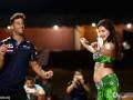 摩托车手沙漠狂飙 里卡多与阿拉伯美女热舞 (9)
