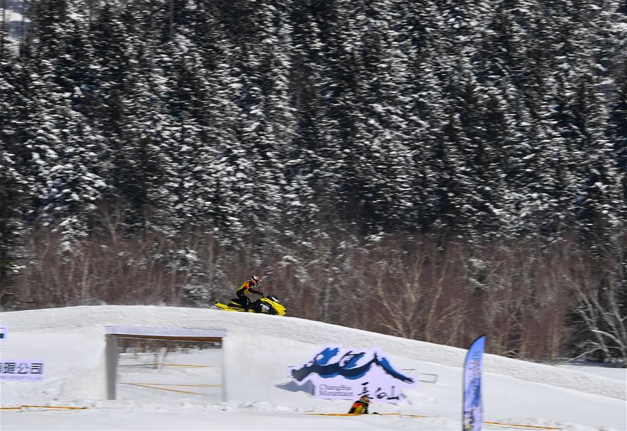 (体育)(2)吉林长白山举行雪地摩托车赛