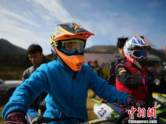 """全国摩托车越野赛:女车手黄土地跨界玩""""暴力"""""""