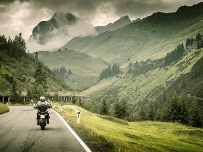 摩托车课堂:骑车跑山这些路段最易出事,速度起来十个有八个摔!
